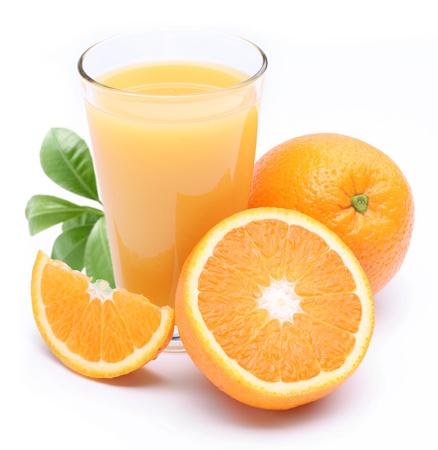 juice fruit: Bicchiere pieno di fresca fetta di frutta e succhi di arancia accanto ad esso. Isolato su un fondo bianco.