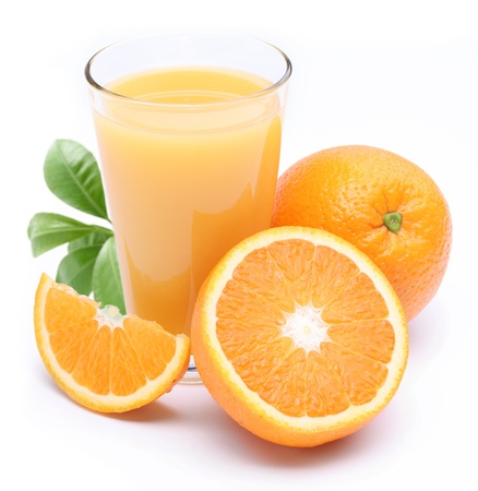verre jus orange: Verre plein de tranche de fruits et jus frais orange pr�s de lui. Isol� sur un fond blanc.