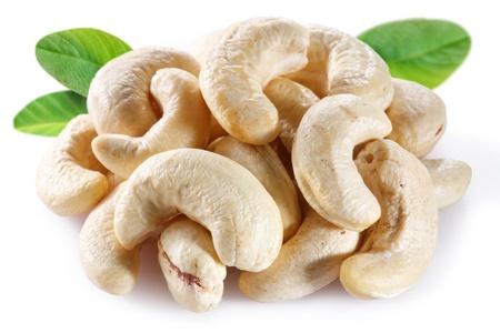 anacardo: Mara��n con hojas sobre fondo blanco