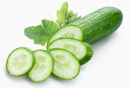 Komkommer en segmenten geïsoleerd op een witte achtergrond