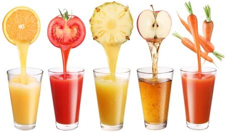jus orange glazen: Conceptuele afbeelding - vers sap stroomt uit fruit en groenten in een glas. Foto op een witte achtergrond.