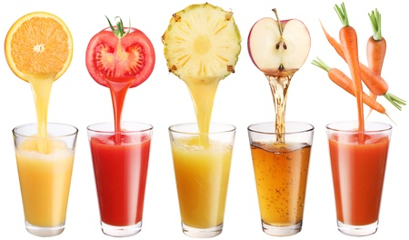 juice fruit: Immagine concettuale - succhi di frutta freschi versa da frutta e verdura in un bicchiere. Foto su uno sfondo bianco.