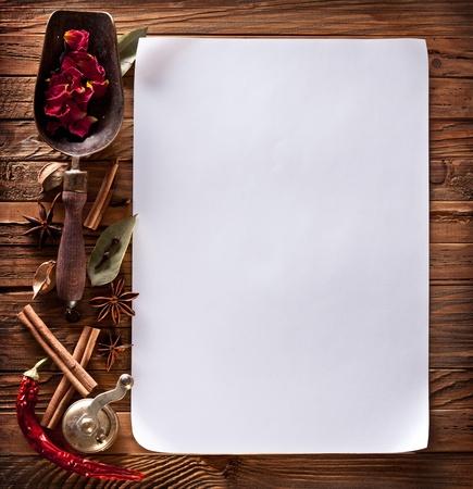 Bild des Weißbuchs mit Gewürzen auf eine hölzerne Oberfläche Standard-Bild