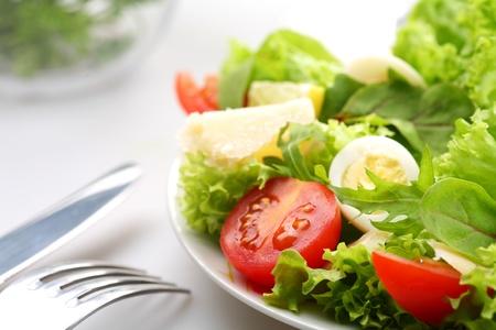 codorniz: Ensalada con tomates y huevos de codorniz Foto de archivo