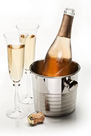 Flasche Champagner in Kühler und zwei Champagner-Gläser. Isolated on a White.