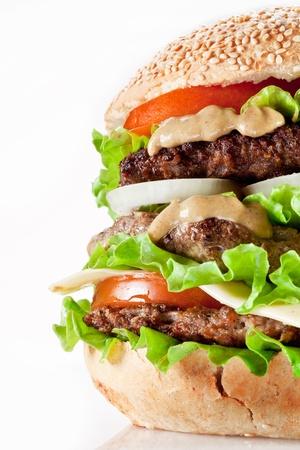 bistecche: Hamburger gustoso su sfondo bianco.