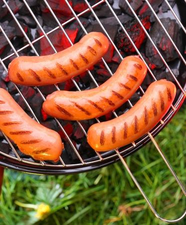chorizos asados: Salchichas calientes en barbacoa Foto de archivo
