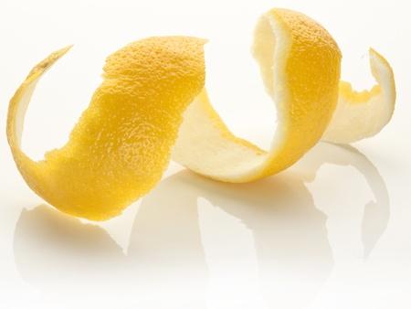 Twist d'écorces d'agrumes sur un fond blanc.