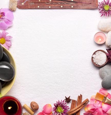 masajes relajacion: Marco de accesorios de spa en blanco.
