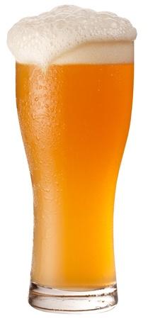 vasos de cerveza: Frosty vaso de cerveza sin filtrar aislada sobre fondo blanco. El archivo contiene una ruta para cortar.  Foto de archivo