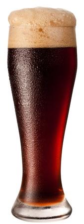 Frosty schwarz Glas Bier auf einem weißen Hintergrund.