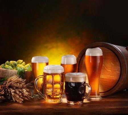 brouwerij: Stilleven met een vaatje bier en tapbier per glas. Stockfoto