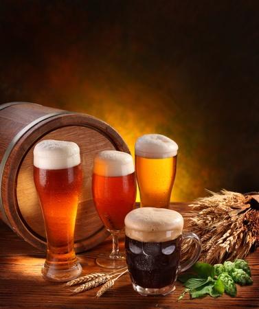 schwarzbier: Stillleben mit einem Fass Bier und Bier vom Fass durch das Glas.