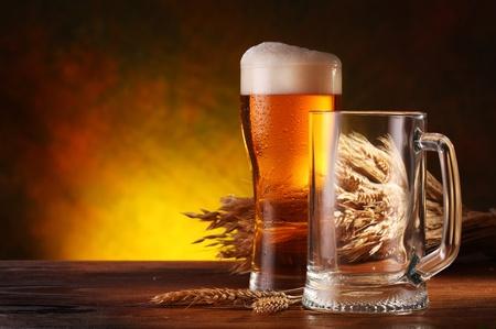 cerveza: Naturaleza muerta con una cerveza de proyecto por la Copa. Foto de archivo