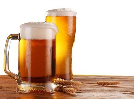 cerveza: Cerveza de vidrio sobre un fondo blanco. Foto de archivo