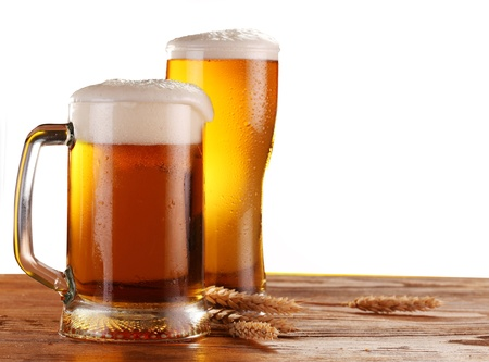 La bière au verre sur un fond blanc. Banque d'images - 10298931