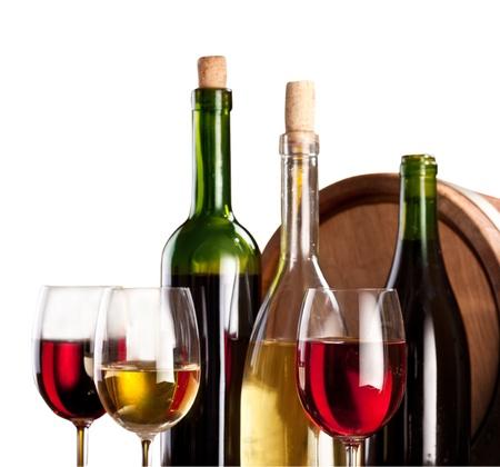 Flaschen und Gläser auf weißem Hintergrund.