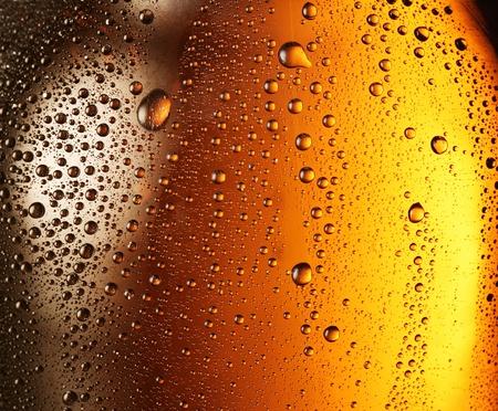 bier glazen: Textuur van water druppels op het flesje bier. Stockfoto