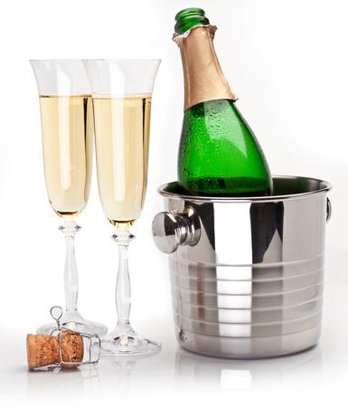 Champagne-Flasche im Kühler und zwei Champagner-Gläser. Isoliert auf weiß.