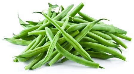 Grüne Bohnen auf einem weißen Hintergrund. Standard-Bild