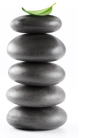piedras zen: Piedras de spa con hojas aisladas sobre un fondo blanco.