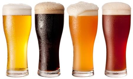 vasos de cerveza: Cuatro vasos de cervezas diferentes sobre un fondo blanco. El archivo contiene un camino a la corte.