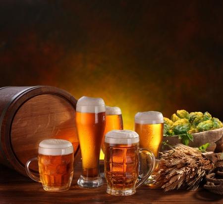 Stilleven met een vaatje bier en bier per glas. Stockfoto