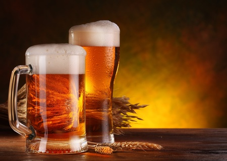 Stillleben mit einem frisch gezapften Bier im Offenausschank. Standard-Bild