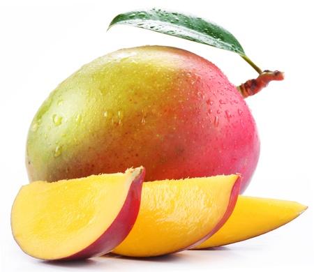 mango: Mango z plastrami na bia?ym tle. Zdjęcie Seryjne