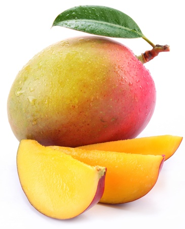 mango fruta: Mango con rodajas sobre un fondo blanco. Foto de archivo