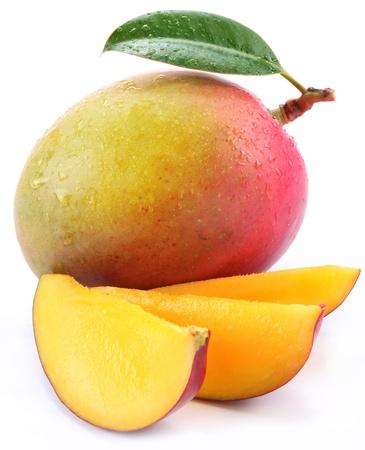 mango: Mango z plastrami na białym tle.