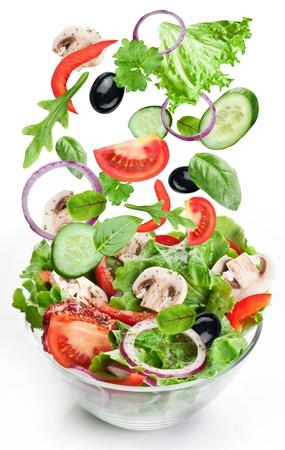 空飛ぶ野菜 - サラダの材料。白い背景で隔離されました。