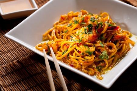 chinesisch essen: Chinesische Nudeln mit Garnelen auf einem Bambus-Tabelle