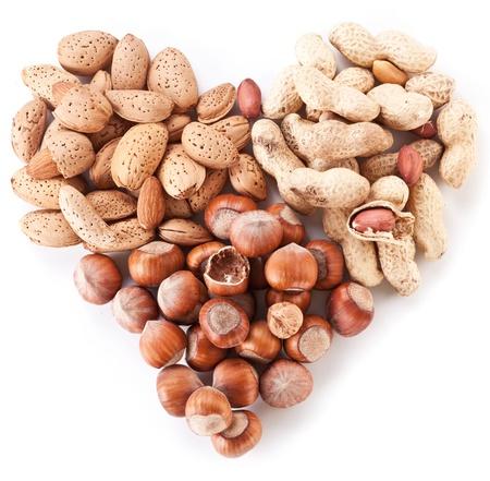 cacahuate: Frutos secos en forma de corazón aislado en un fondo blanco.