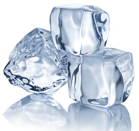 cubo: Tres cubos de hielo en el fondo blanco.