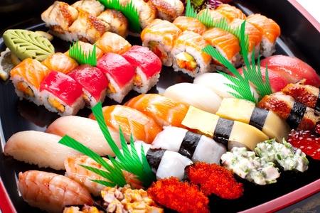 Sushi rolt op een zwarte plaat. Stockfoto
