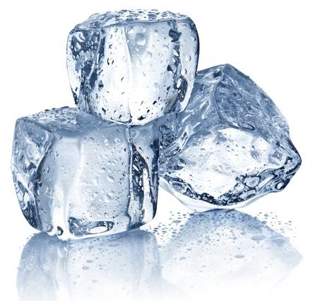 cubos de hielo: Tres cubos de hielo en el fondo blanco