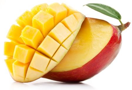mango fruta: Mango con rodajas sobre un fondo blanco