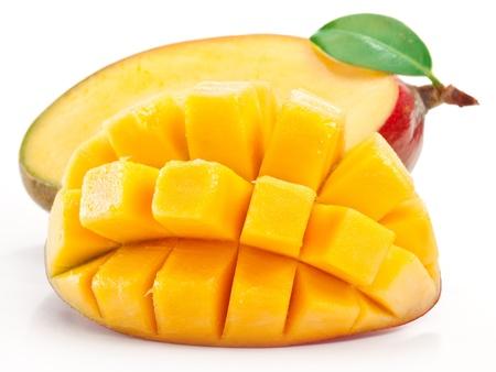 Mango avec des tranches sur un fond blanc