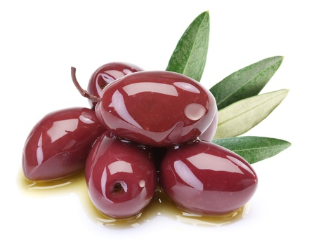 aceite de oliva: Las aceitunas en aceite de p�rpura con hojas sobre un fondo blanco