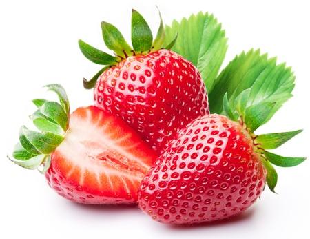 fresa: Fresas con las hojas aisladas sobre un fondo blanco