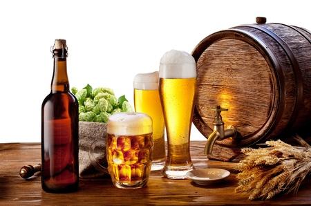 cerveza: Cerveza barril con vasos de cerveza en una mesa de madera aislado en un fondo blanco Foto de archivo