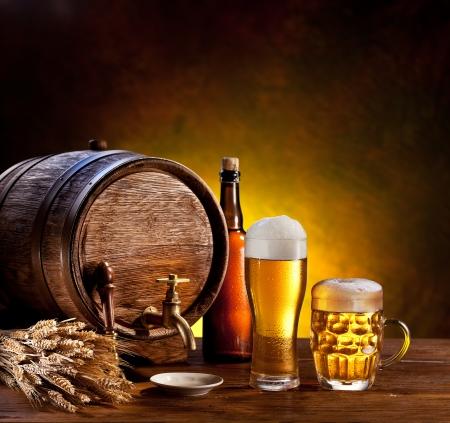 bier glazen: Bier vat met bier glazen op een houten tafel De donkere achtergrond