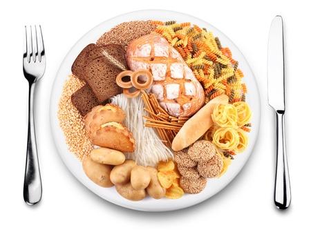 macarrones: Artículos de harina en un plato. Fondo blanco.
