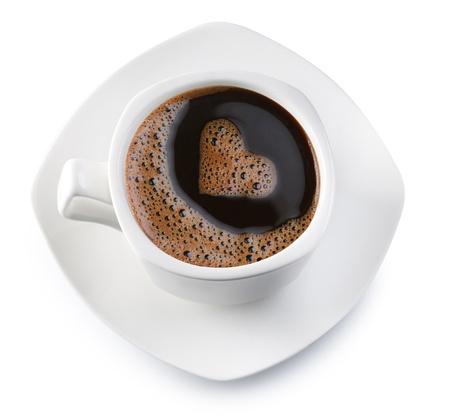 filiżanka kawy: Filiżanka kawy i spodek na białym tle. Pianki w postaci serca. Plik zawiera ścieżkę do wycięcia.