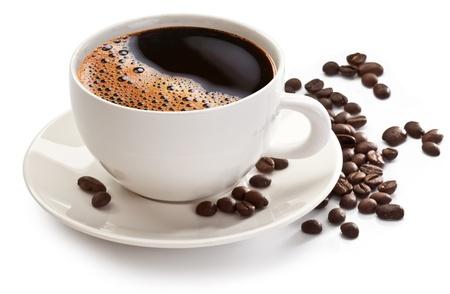 filiżanka kawy: Filiżanka kawy i fasoli na biaÅ'ym tle.