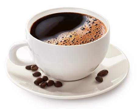 Taza de café y habas en un fondo blanco. El archivo contiene la ruta para cortar.