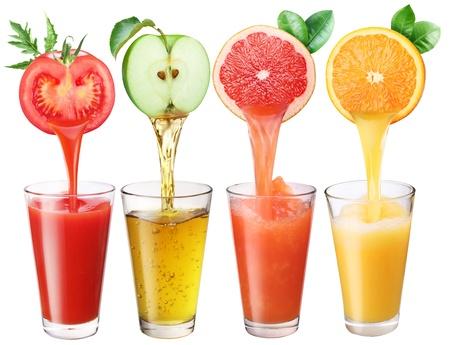 Saft fließt aus Früchten in das Glas Standard-Bild
