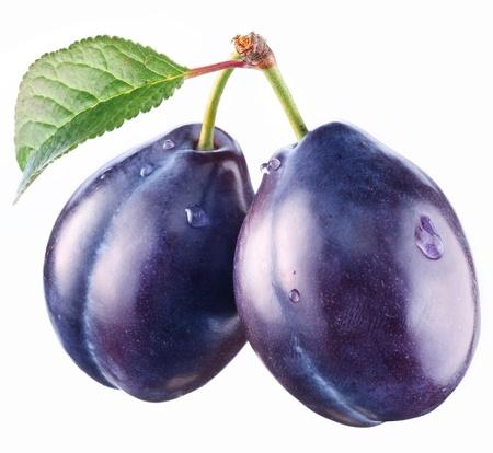 Deux prunes avec une feuille sur un fond blanc.