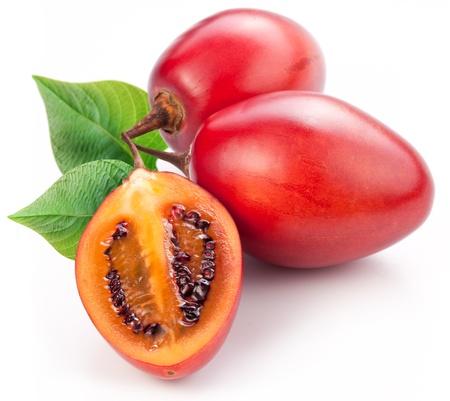 tomate de arbol: Tamarillo frutas con hojas sobre fondo blanco.